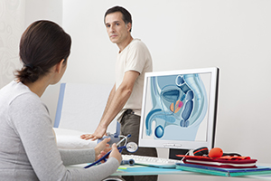 Hombre en consulta para conocer los problemas de próstata