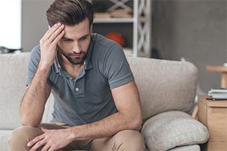 Hombre sentado sufre prostatitis
