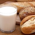 Vaso con leche junto a pan