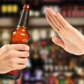 mano rechazando una bebida alcoholica