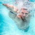 Hombre haciendo natación