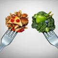 Imagen con dos tenedores, uno con comida saludable y otro con comida basura