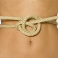 Cuerda atada en la cintura de una mujer