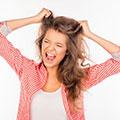 Chica joven intentado arrancar su propio pelo de la cabeza