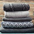 Columna de jersey cómodos bien doblados en colores oscuros