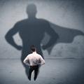 Hombre que mira a su sombra, representado mayor poder