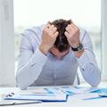 Hombre en oficina estresado