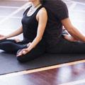 Dos personas meditando