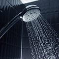 Grifo de ducha con agua cayendo