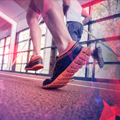Pies de personas practicando running