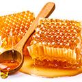 Placas de Miel, con cuchara con miel liquida.