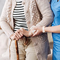 Mujer mayor afectada por las varices o arañas vasculares