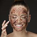 Mujer aplicándose una buen exfoliante sobre la piel