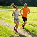 Una pareja joven corriendo por un campo verde