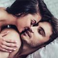 Pareja de hombre y mujer disfrutando de momento sexual