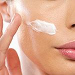 Mujer hidratando su piel