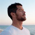 Hombre respirando profundamente