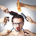 Hombre con utensilios y productos cosméticos alrededor