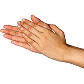 Mujer frotándose las manos