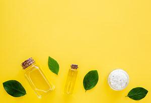 Frasco de Aceite de Manuka con hojas