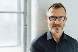 Hombre maduro con gafas