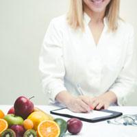 doctor recentando un plan nutricional