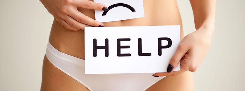 Cintura de mujer joven en ropa interior con cartel y la palabra Help