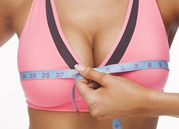 Pechos de mujer con cinta de medir