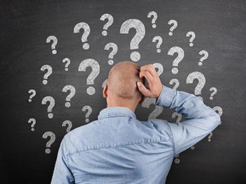Hombre con preguntas y dudas
