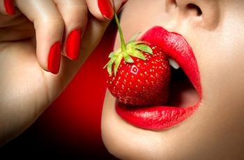 mujer comiendo una fresa sensualmente