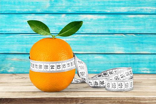 Naranja con cinta de medir