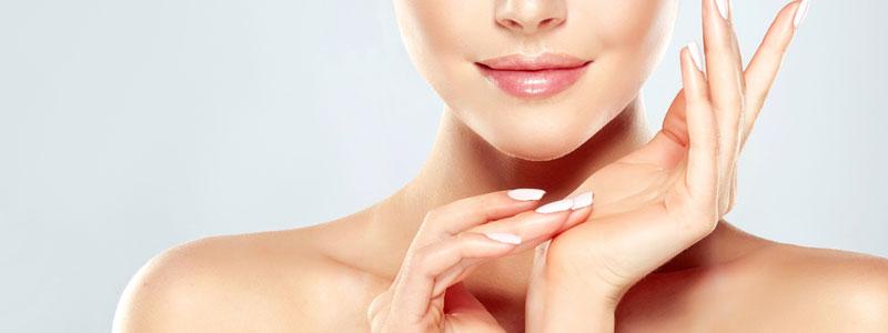 Mujer que se cuida la piel correctamente