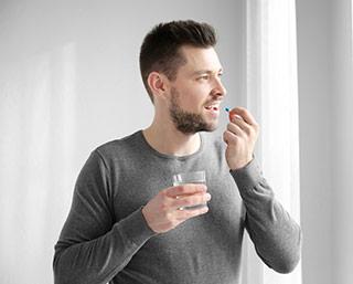 Hombre tomando retardantes de la eyaculación