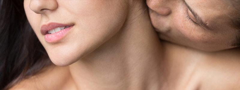 Hombre atraído por perfume de feromonas de una mujer