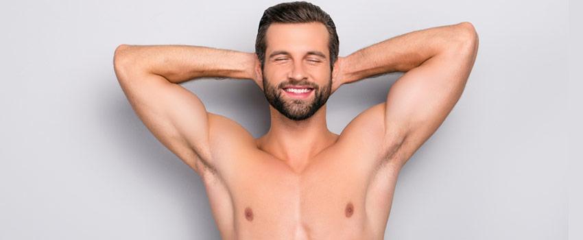 Hombre con las manos cruzadas detrás de la cabeza. Y el torso y las axilas depiladas
