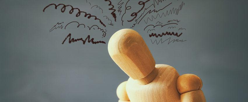 Muñeco articulado de madera demostrando problemas psicologicos