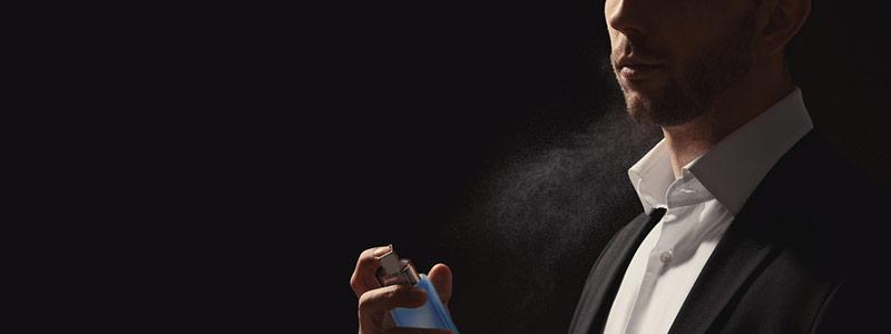 Hombre usando perfume de feromonas para atraer mujeres