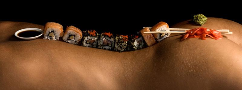 Pareja utilizando afrodisiacos naturales para la estimulación sexual