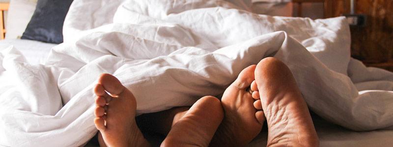 Pareja practicando sexo después de usar una crema retardante para evitar la eyaculación precoz